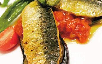 釧路産マイワシのポワレトマトソース<br> (ランチメイン料理の一例)