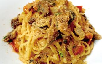 スパゲティ <br>イワシ、松の実、サフランのシチリア風